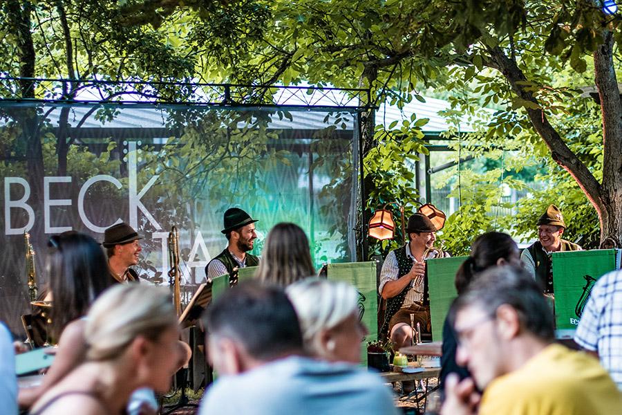Beckstage Unplugged Band auf Bühne